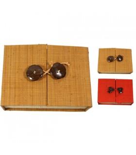 Boîte à bijoux compartimentée en raphia, fermeture nouée. Coloris : rouge ou orangé.